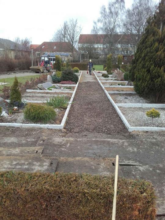 Nye granitkansten og nye hække på Christiansfelt Kirkegård