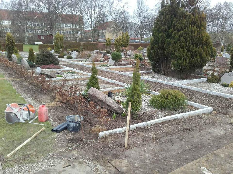 Nye granitkantsen og nye hække på Christiansfelt Kirkegård